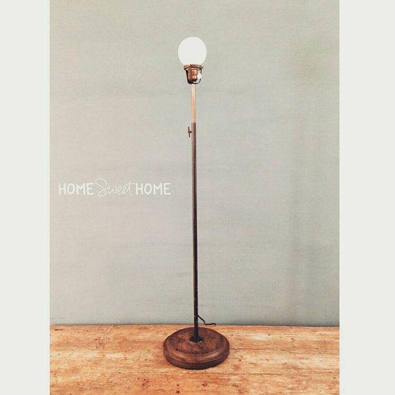 Lampada da terra industriale realizzata con antico stampo in legno e portalampada originale con interruttore | old floor industrial lamp