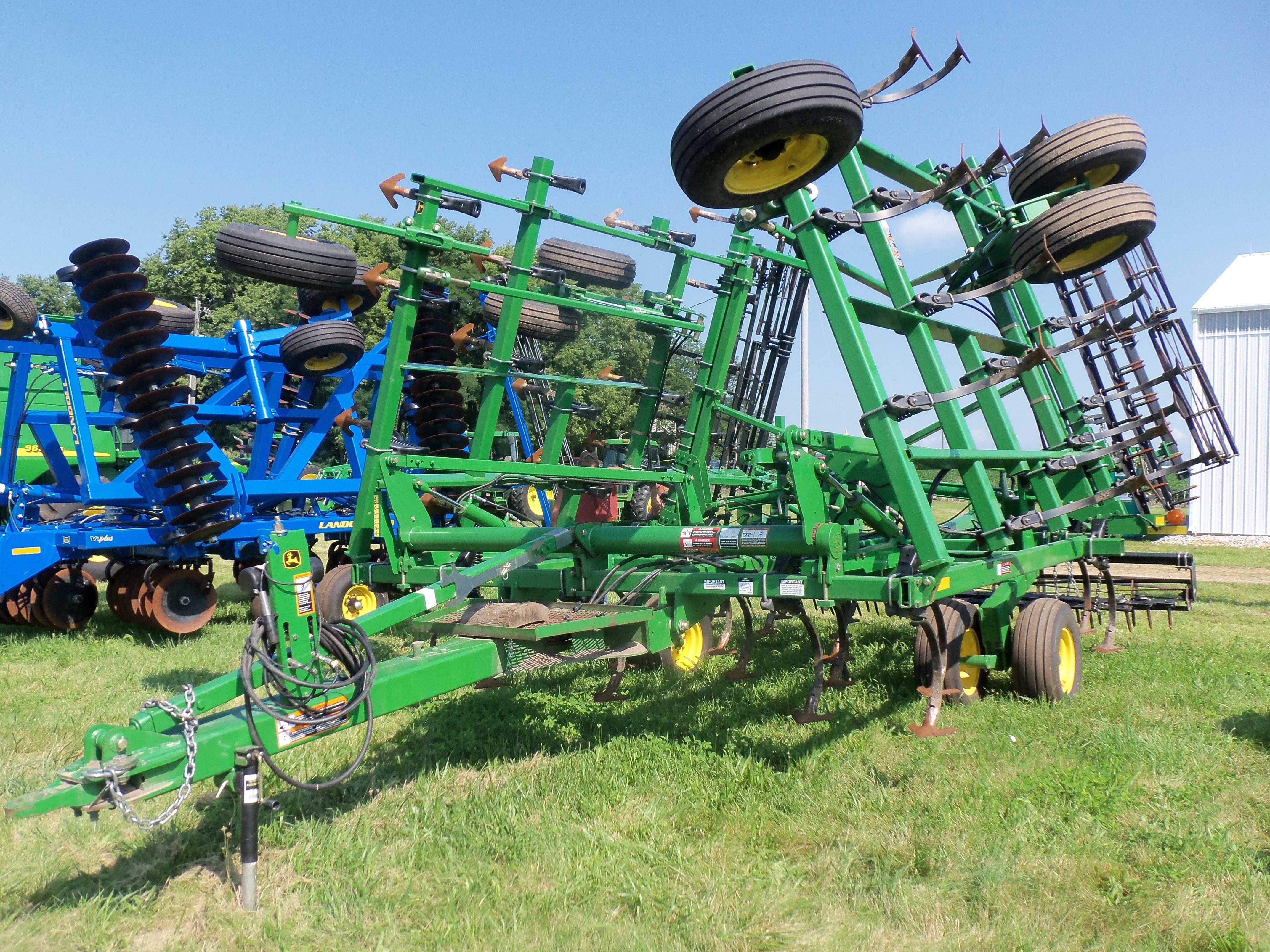 John Deere 2210 field cultivator.30 foot, 2010 model