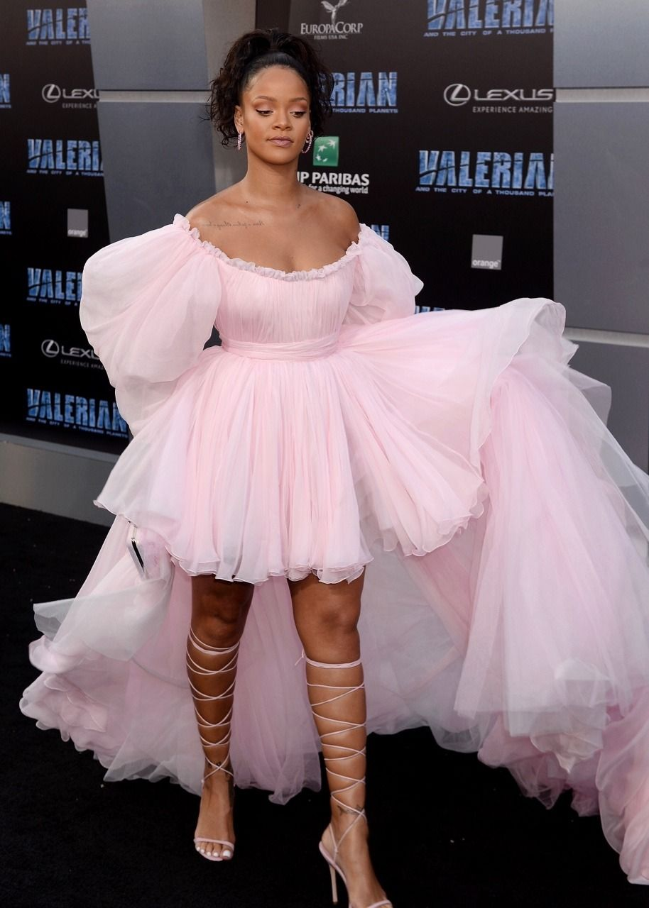 Rihanna Roter Teppich Rihanna Walking The Black Carpet At The Valerian Premiere In