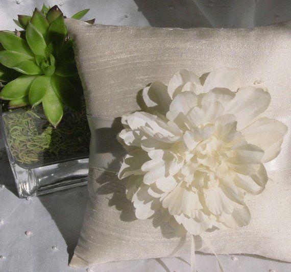 Cuscini Freschi.Fresh Flower On Ring Pillow Cuscini