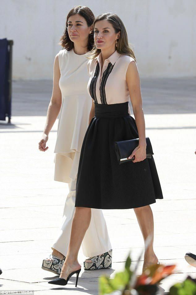 Striding Out The Spanish Queen 45 Cut A Stylish Figure As She
