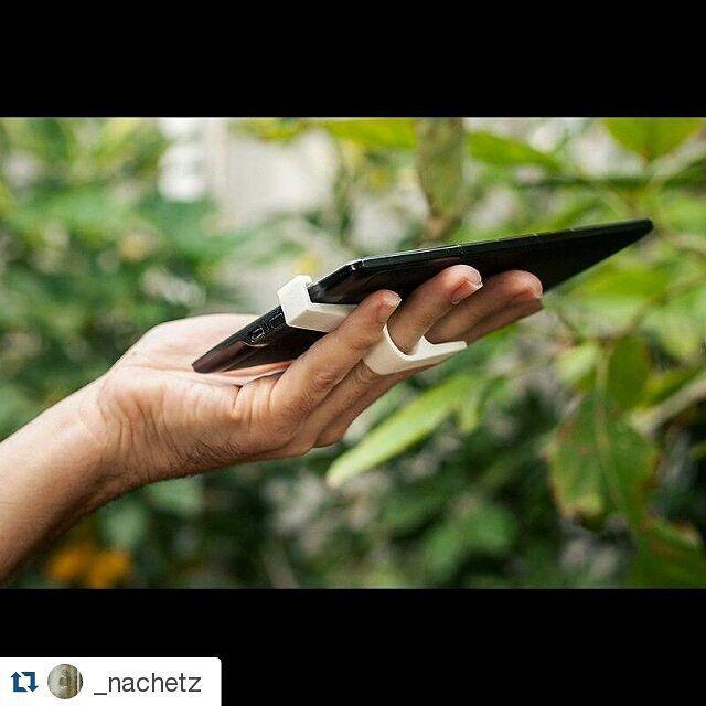 #Repost Mucha suerte a  @_nachetz que nos aporta esta solución que permite manejar el #kindle con una sola mano with @repostapp  Kindle Grip detail #3dprinting #design #kindle at @shapeways. Awesome quality! More info at www.12lab.net #3EstoEsDI by estoesdi
