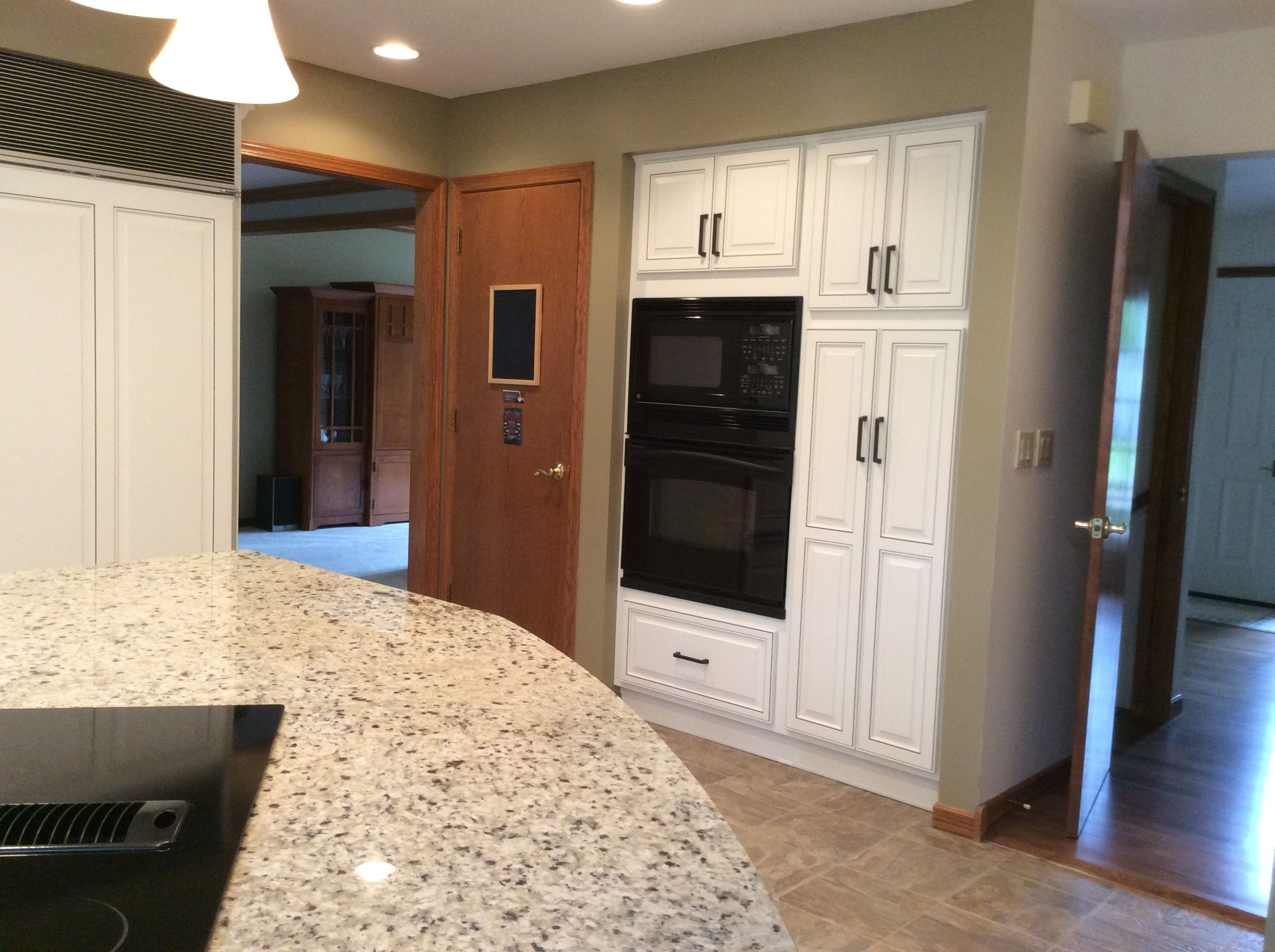 Parchment Color Cabinets Were Refaced From Honey Oak Wall Color Is Northampton Putty By Benjamin Moore Reface Honey Oak Wall Color