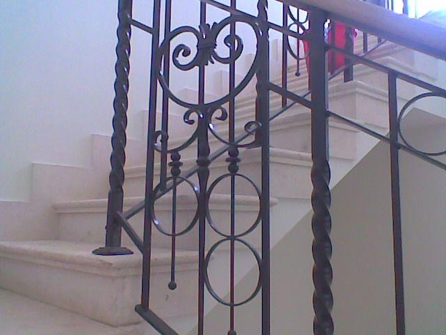 Barandillas de hierro forjado en escalera interior - Barandillas de hierro ...