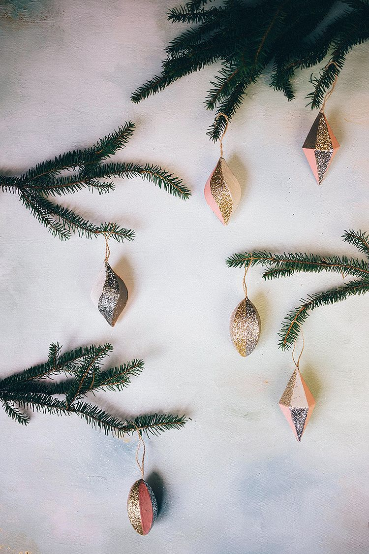 Joulukuun 7. päivä ja tälle päivälle Tiina teki ihanat kimaltavat kuusen koristeet. Tarkempi ohje löytyy MUITA IHANIA -blogista ....
