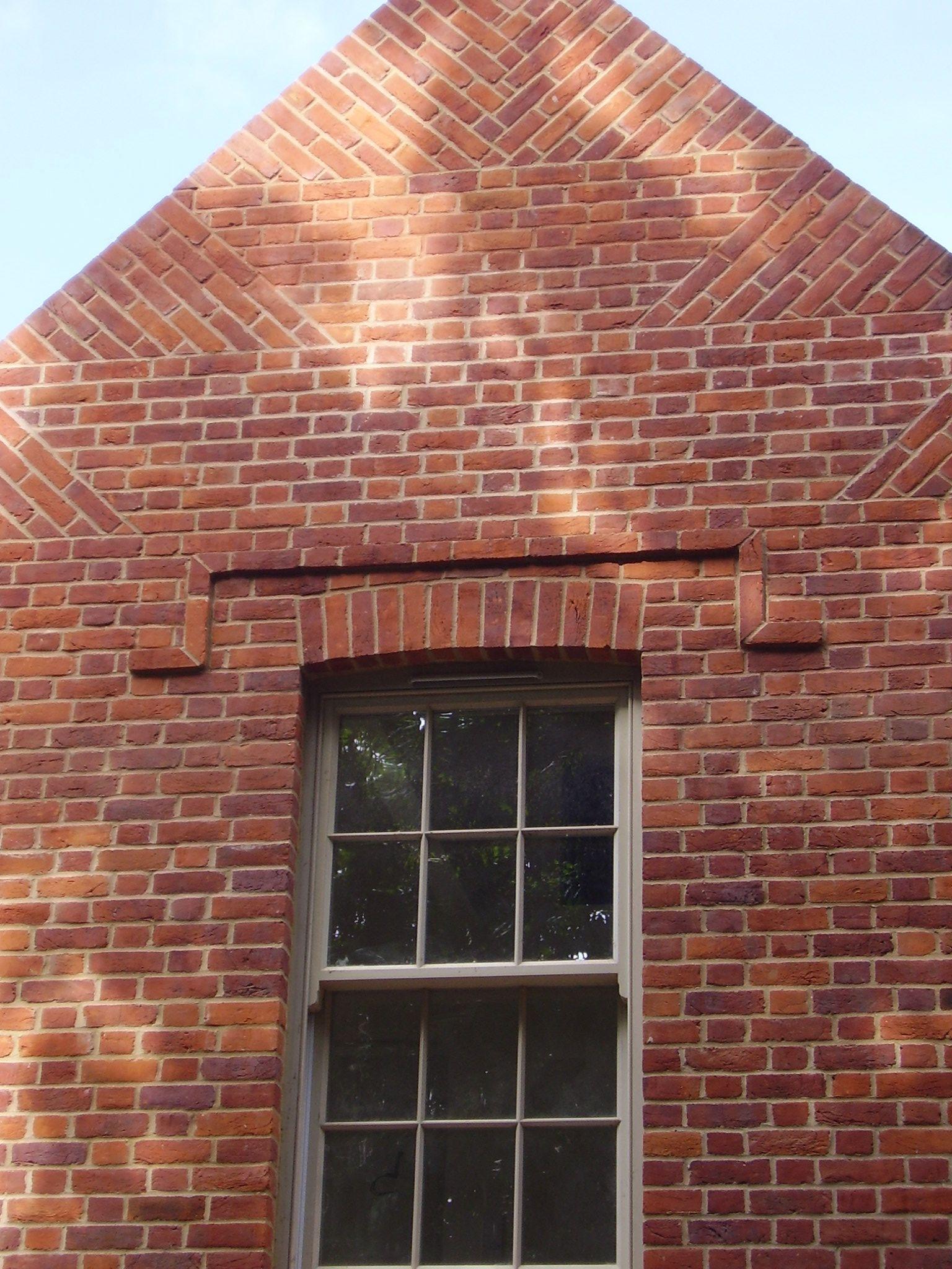 как обкладывают кирпичом треугольные окна фото оставят владельца