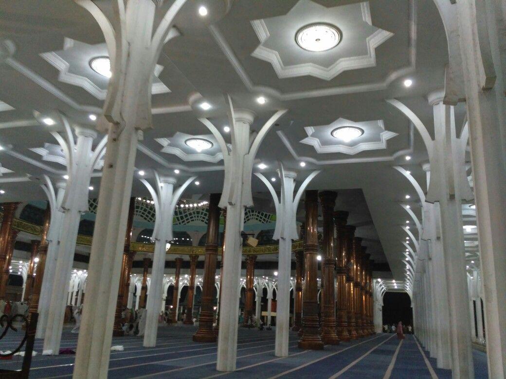 Tiang putih di Masjid Al-Falah