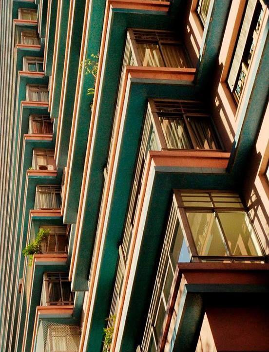 Um ângulo incrível da linda fachada do Condomínio Louvre! Projetado por Artacho Jurado, esse prédio cheio de cores está localizado na Av. São Luís. O centro de São Paulo realmente tem seu charme não é mesmo?!  Foto: Mlsirac #arquitetura #saopaulo
