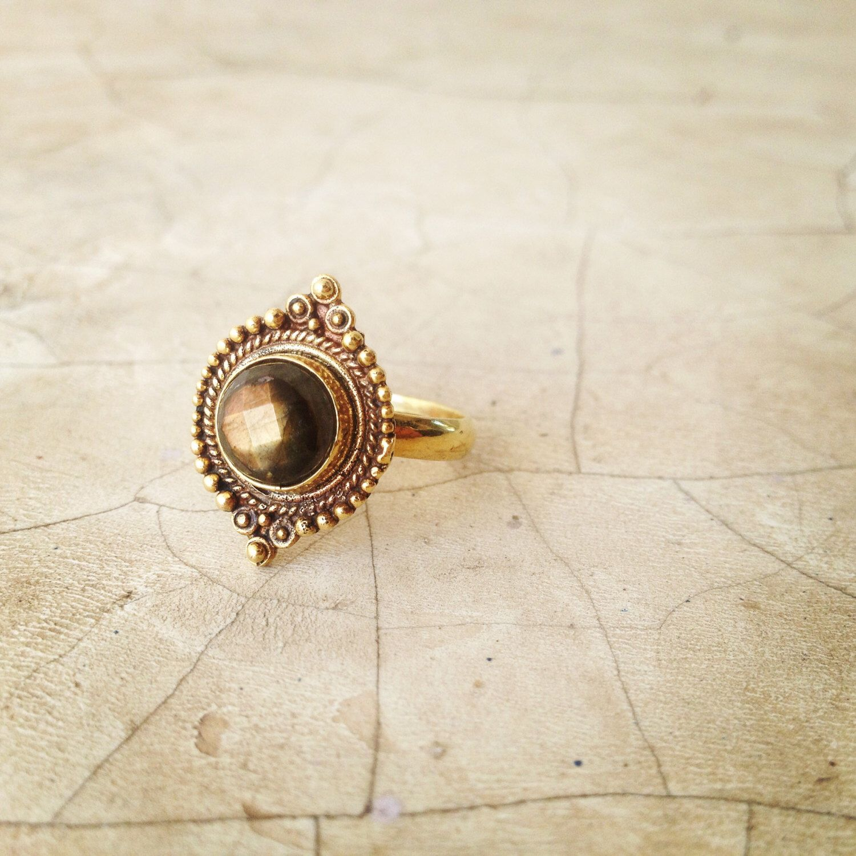 Labradorit Messingring, Stammes-Ring Boho Ring, der indische Ring, Goldring, Ring Tribal Bauchtanz, Rajasthani Ring. von LalaBoho auf Etsy https://www.etsy.com/de/listing/218357971/labradorit-messingring-stammes-ring-boho