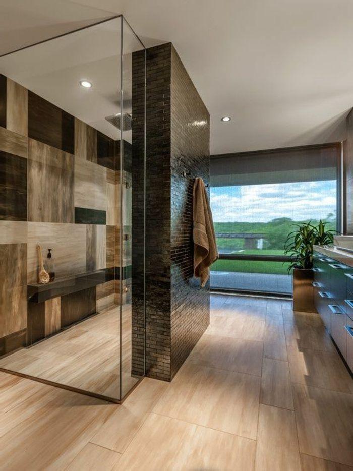 Schönes Badezimmer In Braun Mit Duschkabine Und Einem Großem ... Schönes Badezimmer
