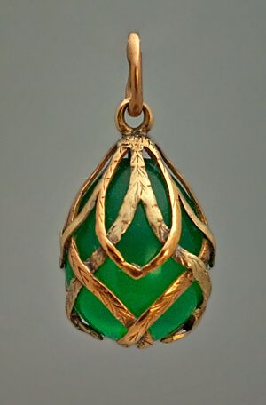 This beautiful miniature egg was made in St. Petersburg between 1899 and 1904. An egg-shaped carved chrysoprase (the most valuable variety of chalcedony ge