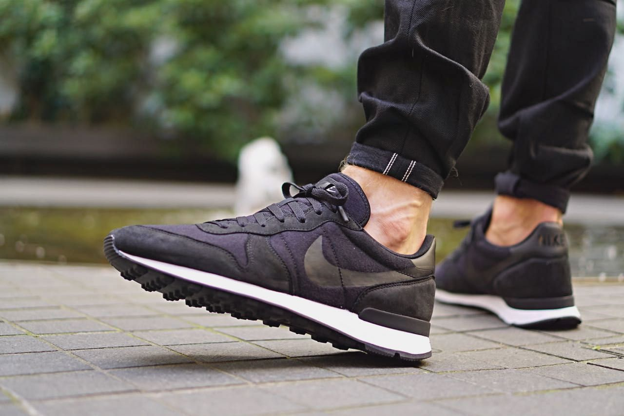 nike internationalist fleece black