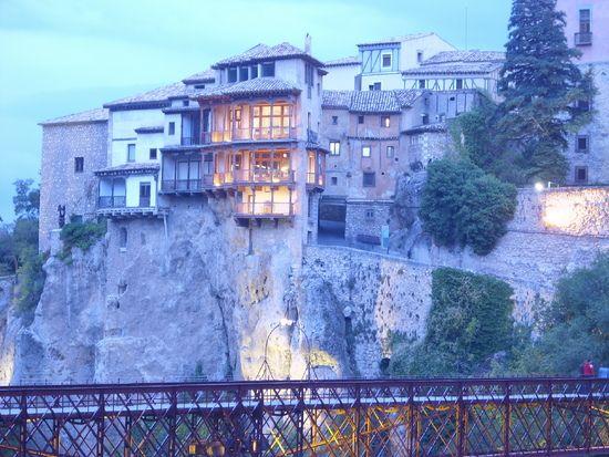 Las Casas Colgadas, son uno de los edificios más emblemáticos de la ciudad de Cuenca, de origen y traza medieval, que exhiben sus balconadas de madera, mampostería vista y ménsulas superpuestas de piedra sobre la hoz del Huécar.