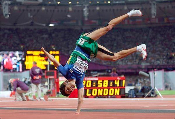 Paralímpicos quebram recordes e preconceitos / Yohansson Nascimento celebra com uma estrela sua vitória nos 200m classe T46 em Londres 2012