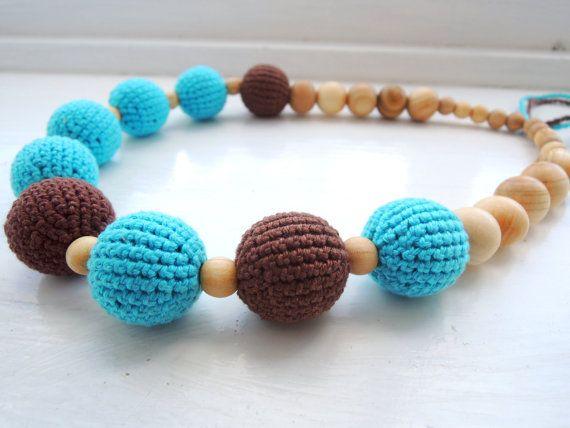He encontrado este interesante anuncio de Etsy en https://www.etsy.com/es/listing/198589052/blue-brown-crochet-nursing-necklace