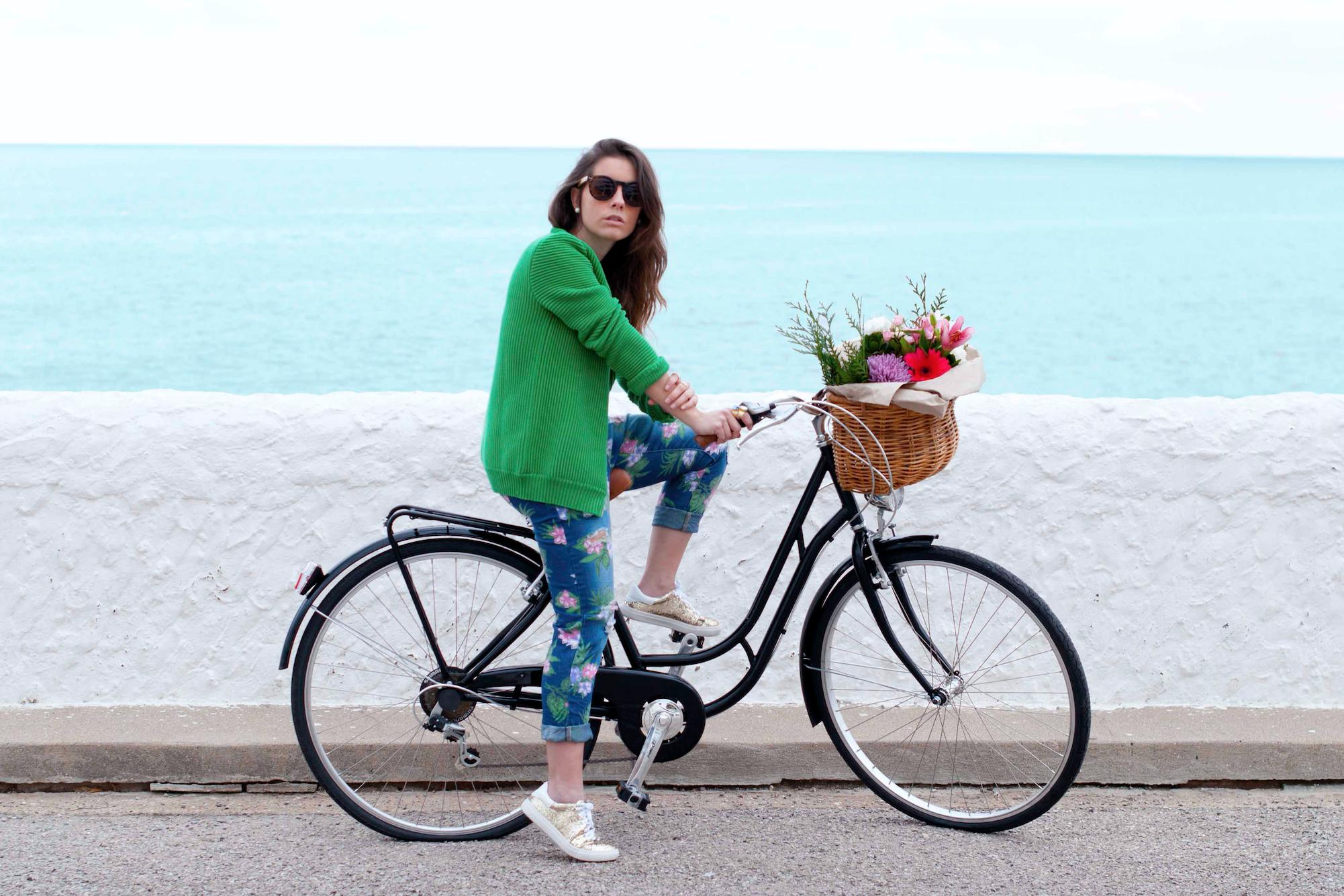 http://bit.ly/alohaspring  #theguestgirl #spring #inspo #march #bike #primavera #diadelafelicidad #happy #sunrise #beauty #flowers #inspiration #hpreppy #preppy #highlypreppy #style #streetstyle #overall #stylebike #inspobike #biciclasica #green #newin #details #pink #heimstone #glitter #sneaker #gold #jewels