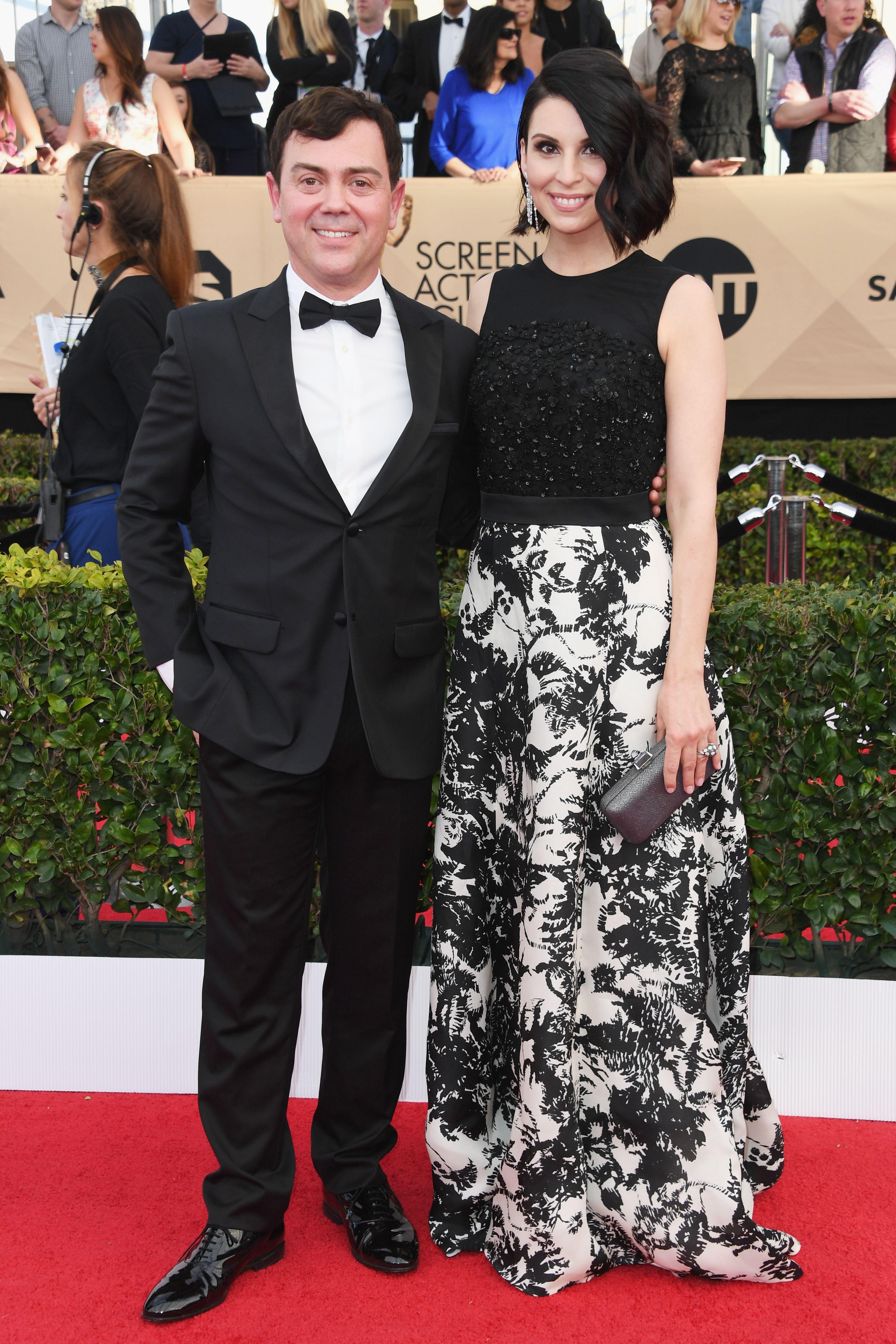 Joe Lo Truglio Beth Dover In Escada In 2020 Sag Awards Red Carpet Couples Awards 2017