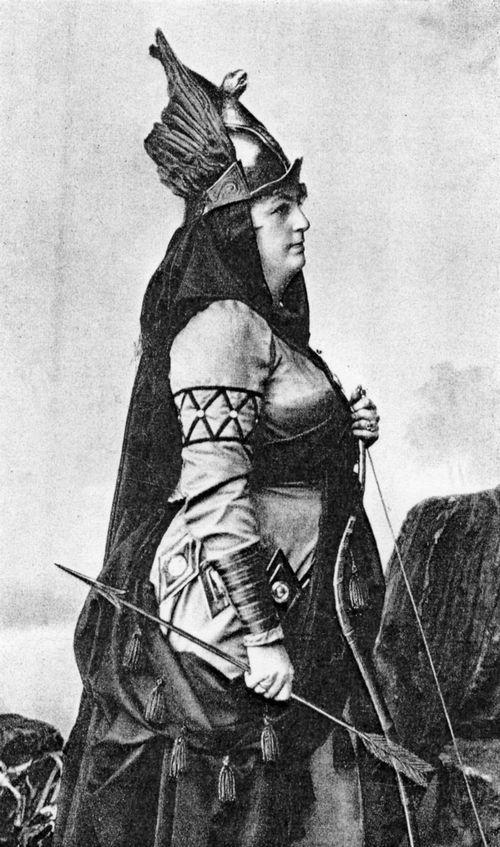 """Lilli Lehmann als Viviane in Goldmark's """"Merlin"""" the enchantress in Egyptian headwear"""