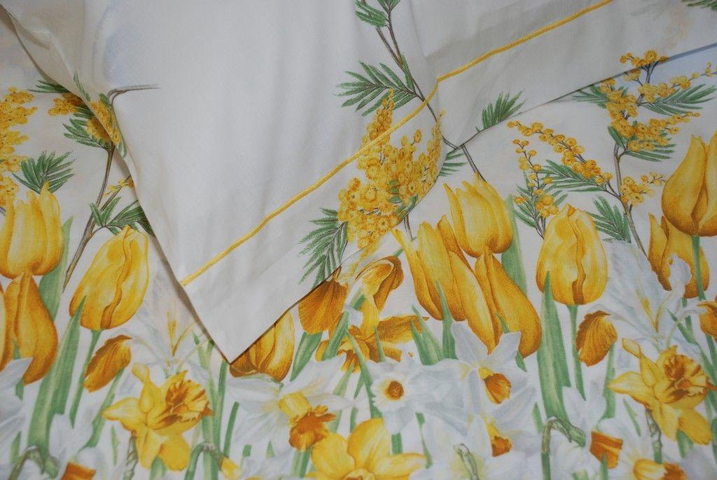 Cospargete delicati fiori di mimosa mescolati con i primi tulipani sul vostro letto, per assicurare a voi ed ai vostri cari felici e leggeri sogni primaverili, notte dopo notte. 100% Cotone.