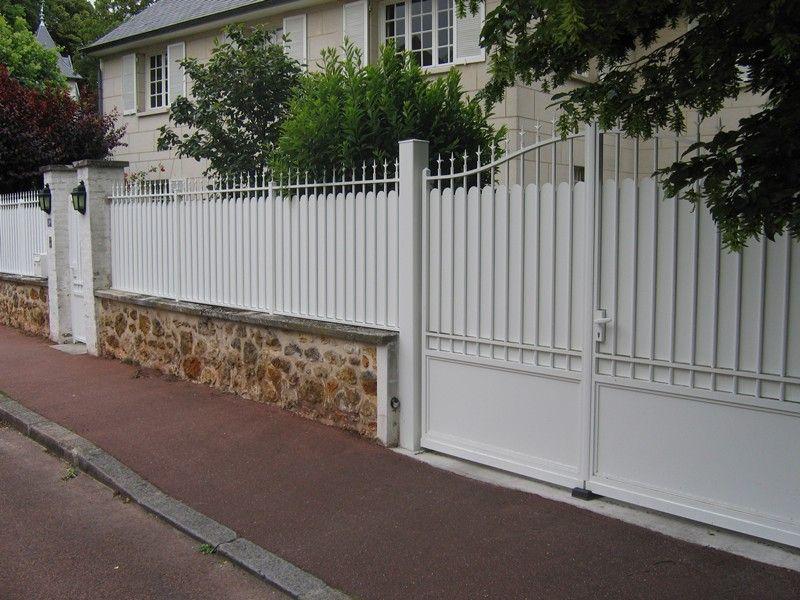 Portail battant avec portillon et clôture traditionnel blanc (vue ...