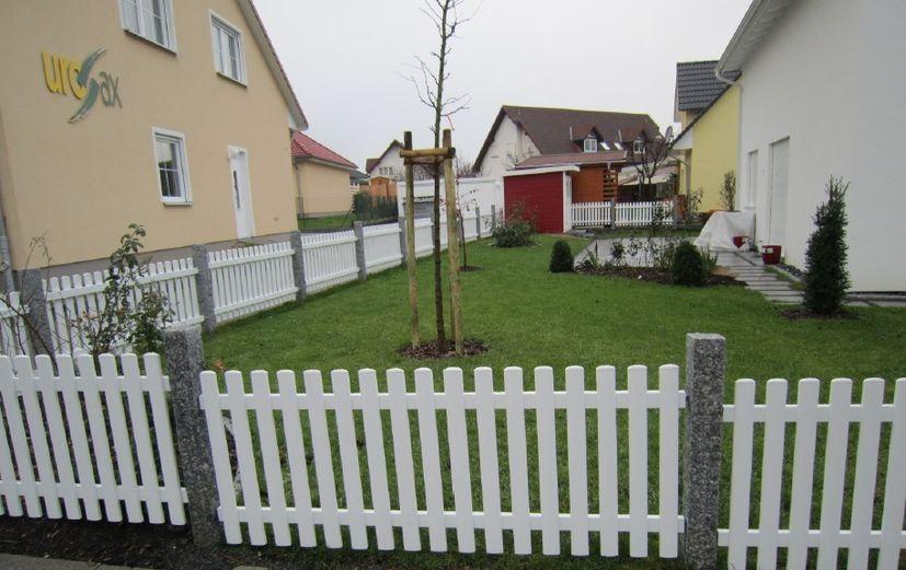 Zaun aus Aluminium in weiß mit Natursteinsäulen Gartenzaun