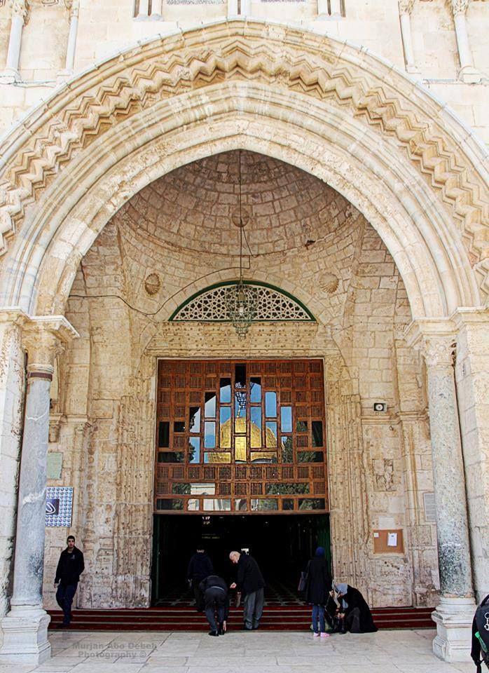 مدخل المسجد القبلي في المسجد الأقصى وتعكس على زجاجه صورة قبة الصخرة المشر فة Mosque Architecture Islamic Architecture Around The Worlds