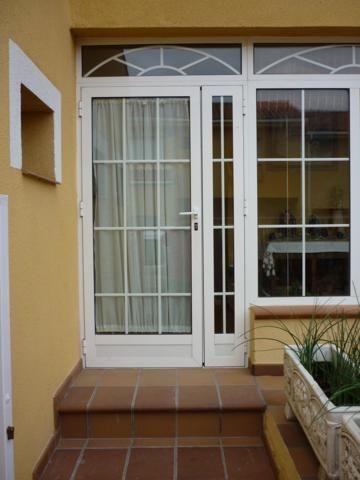 Puertas aluminio puertas exteriores en 2019 for Ventanas de aluminio para cocina