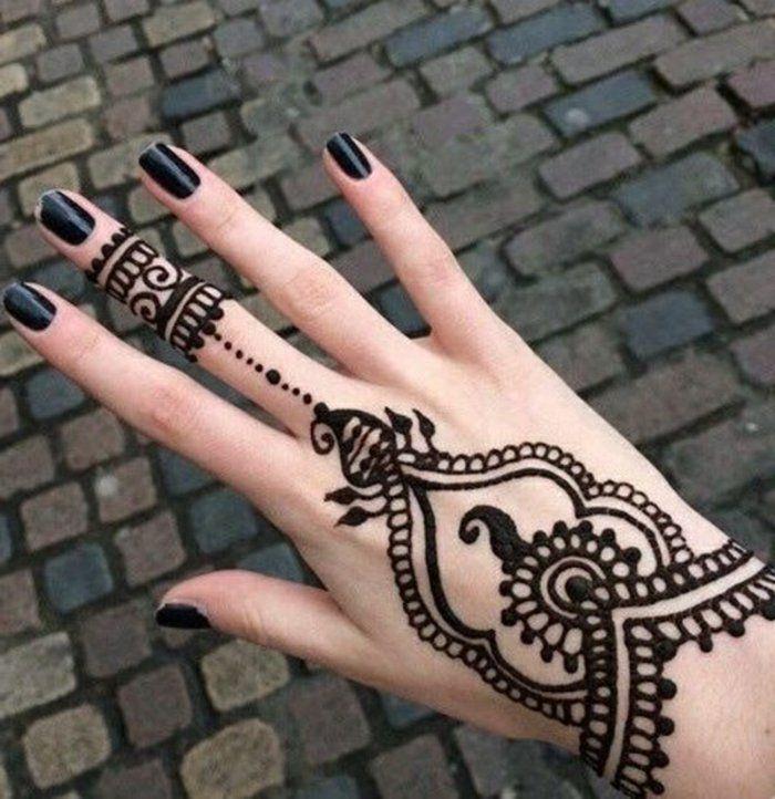 frau mit henna tattoo auf der hand und auf dem. Black Bedroom Furniture Sets. Home Design Ideas