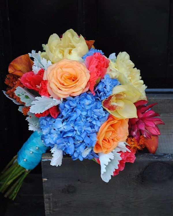If you planning a fall wedding this bouquet maybe the perfect one for this upcoming season.