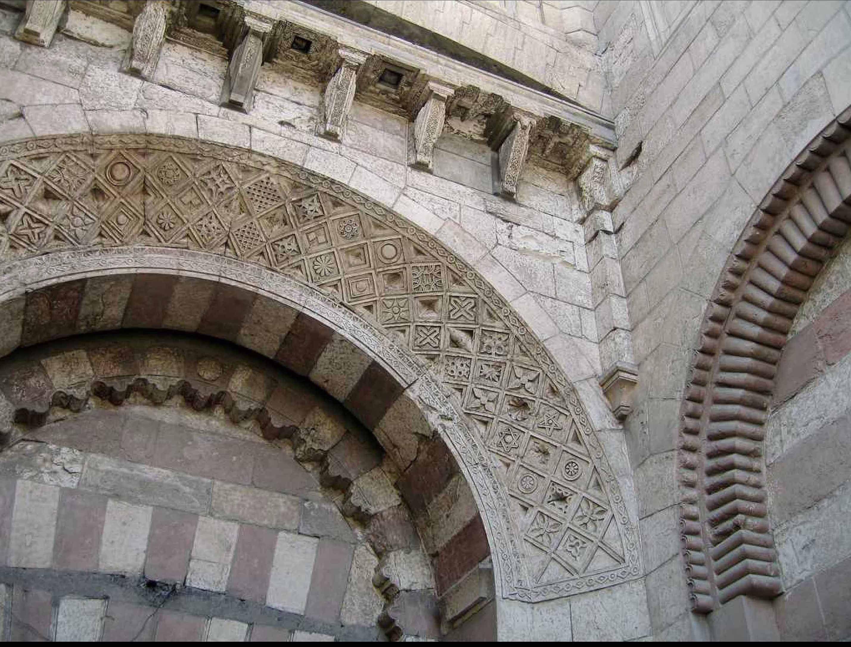 Bab al foutouh (porte de la conquête) Le caire. Une porte à tour semi-circulaire. corbeaux à tête de béliers.