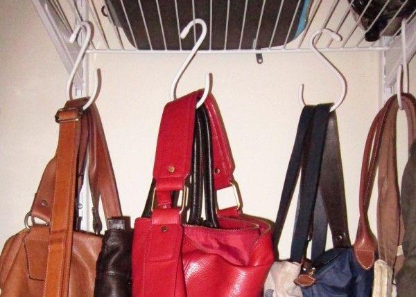 otra forma de organizar los bolsos dentro del armario