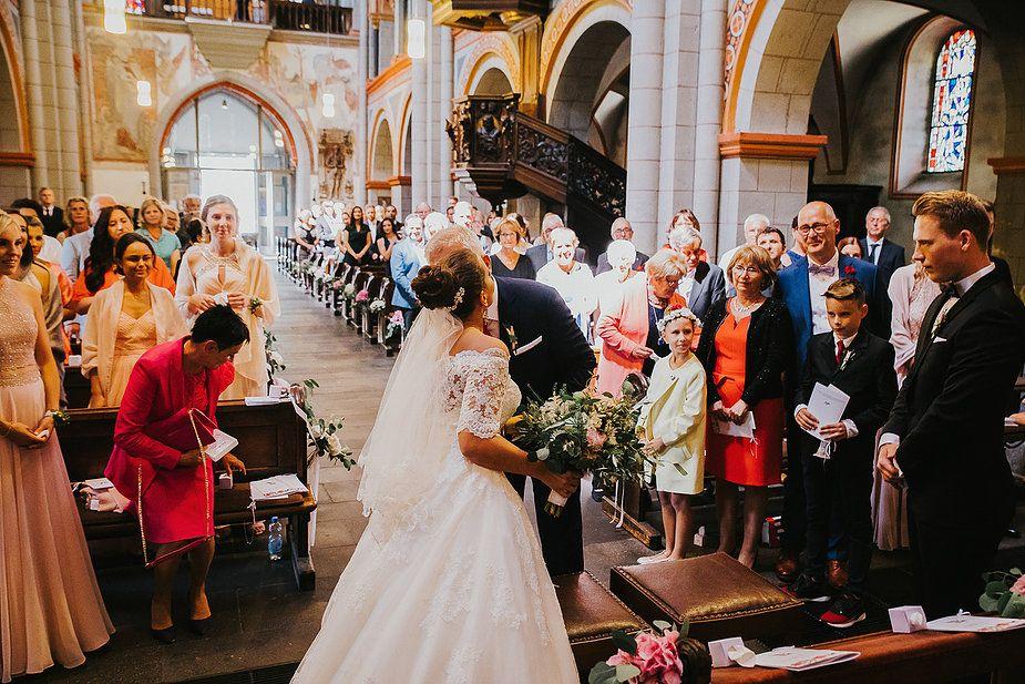 Den Ganzen Artikel Findet Ihr Auf Thetruebride Com Sommerhochzeit Hochzeitslocation Schloss Burg Namedy Mottohochzeit Kirchliche Hochzeit Kirchliche Trauung