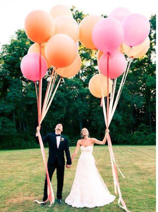 Festive giant balloons with helium in various colors! / Prachtige grote heliumballonen in feestelijke kleuren.