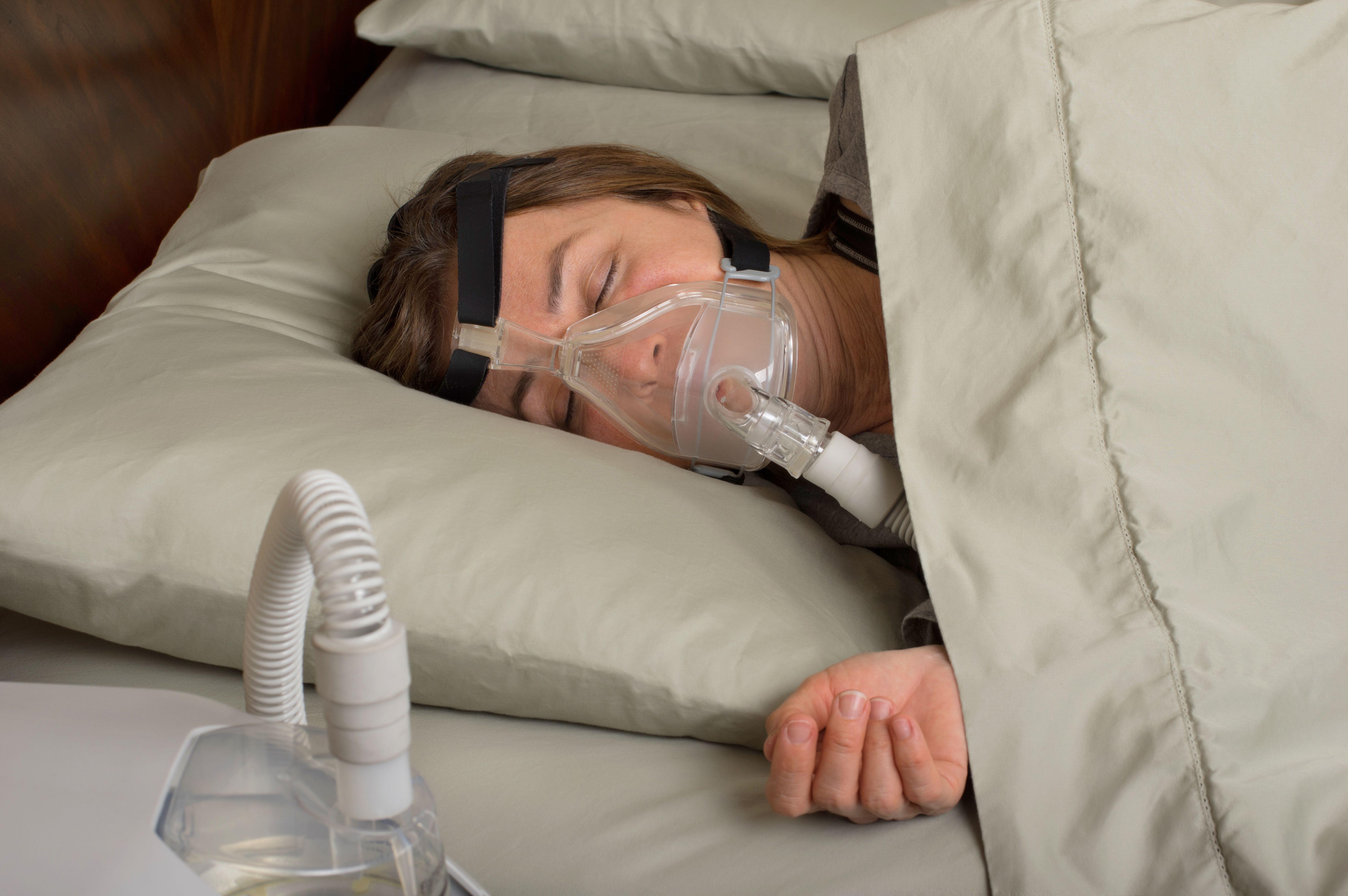 Astmalla ja uniapnealla on vaikuttanut olevan yhteys, mutta näyttö on ollut ristiriitaista tai heikkoa.