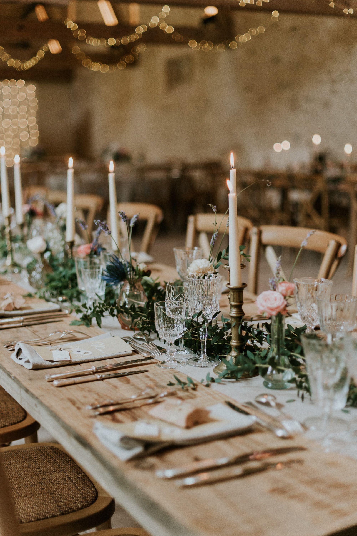 Mariage Dans Une Grange Une Deco Rustique Chic Avec Des Tables Et Des Chaises Mariage Grange Deco Table Mariage Champetre Decoration Table Mariage Champetre
