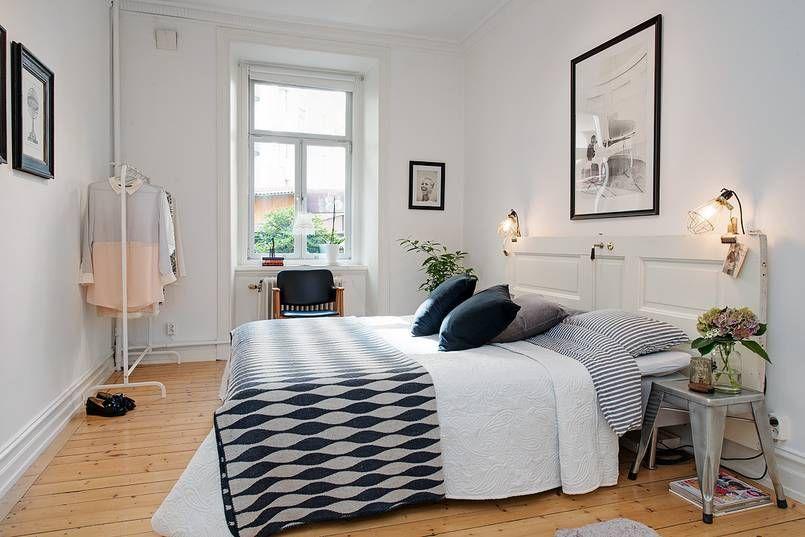 Lozko W Tej Skandynawskiej Sypialni Ma Niebanalny Zaglowek Wykonany Ze Starych Drzwi Do Ktorych Przymocowano Lampy Home Decor Bedroom Interior Bedroom Design