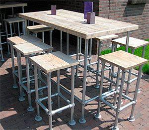 Bar van steigerbuizen en steigerhout