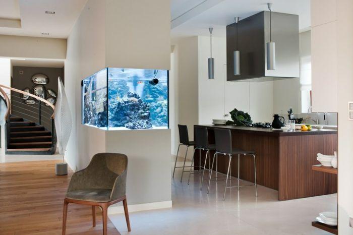 offene küche wohnzimmer abtrennen weißer boden schwarze barstühle, Wohnzimmer