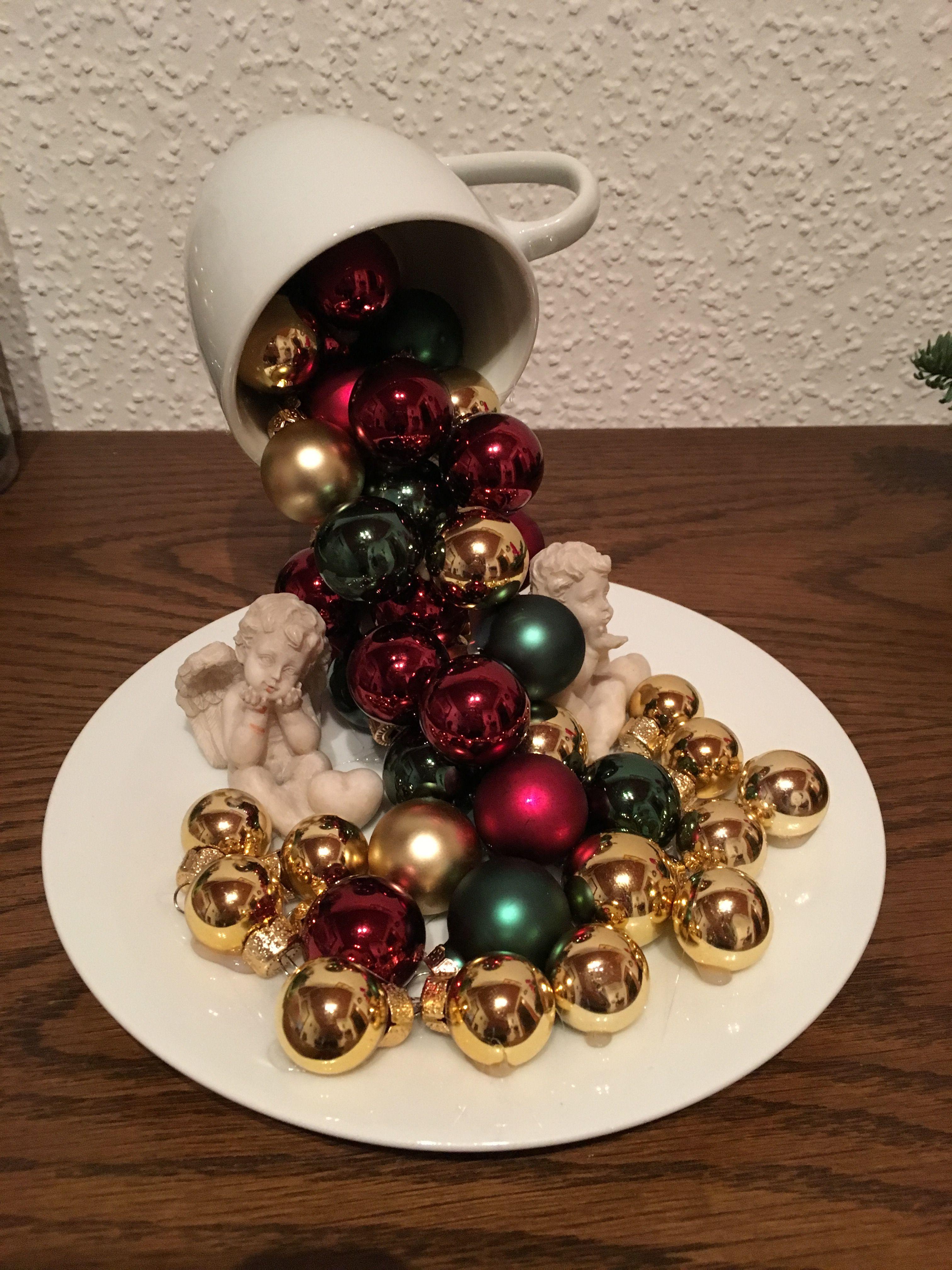 Attractive Einfache Dekoration Und Mobel Pantone Weihnachtskugeln #12: Schwebende Tasse Mit Weihnachtskugeln