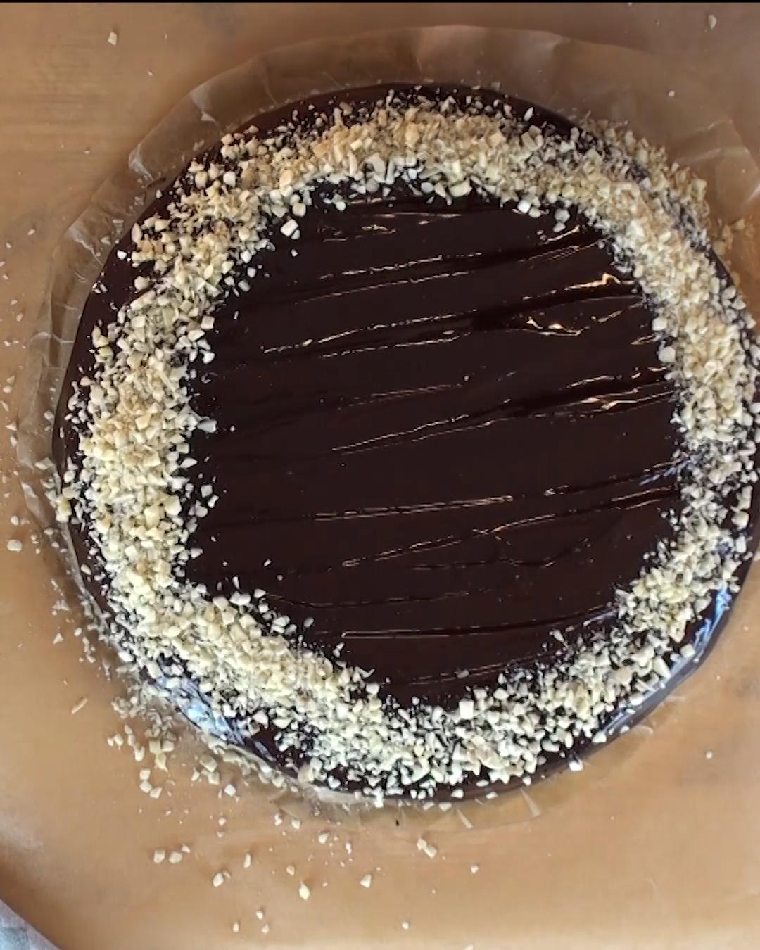 Wir haben für euch unseren absoluten Klassiker, den Schokokuchen, gebacken! Und weil er so einfach geht, kann man ihn direkt in der Form anrühren. Wie schnell das geht, zeigen wir euch in unserem Video. Veganes Backen kann so einfach sein! Unser Schokokuchen ist extra schokoladig und sieht mit Ganache un... #birthday cake #cake recipes #cake unicornio #carrot cake #chocolate cake #pastel de carne #pastel de tortilla #pasteles #pasteles salados #pastelitos individuales #Schokokuchen #Veganer