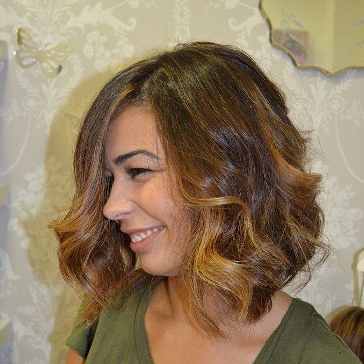 Conseguir el color perfecto en un cabello moreno es fácil... con unas mechas que den luminosidad y reflejen la luz    #pelazo!!⠀  #evapellejero #melenamidi #ondas#mechas #waves #brownhair #highlights #salondepeluqueria #zaragoza