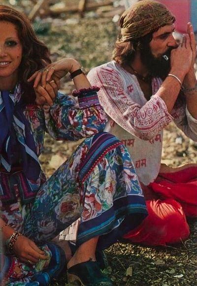 Hippies/Bohemian in 1960s. Đây là phong cách trái ngược với Monochrome. Phong cách này đc ưa chuộng bởi cả nam va nữ, họ luôn để tóc dài, mặc trang phục có rất nhiều họa tiết và màu sắc sặc sỡ, nhuộm vải kiểu tie-dye. Những chiếc quần jeans, long necklaces, giày Mary Jane cũng bắt đầu phổ biến.