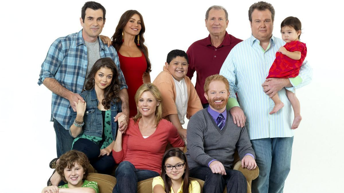 10 Modern Family Episodes Show Why It S Still One Of Tv S Biggest Hits Modern Family Tv Show Modern Family Episodes Modern Family