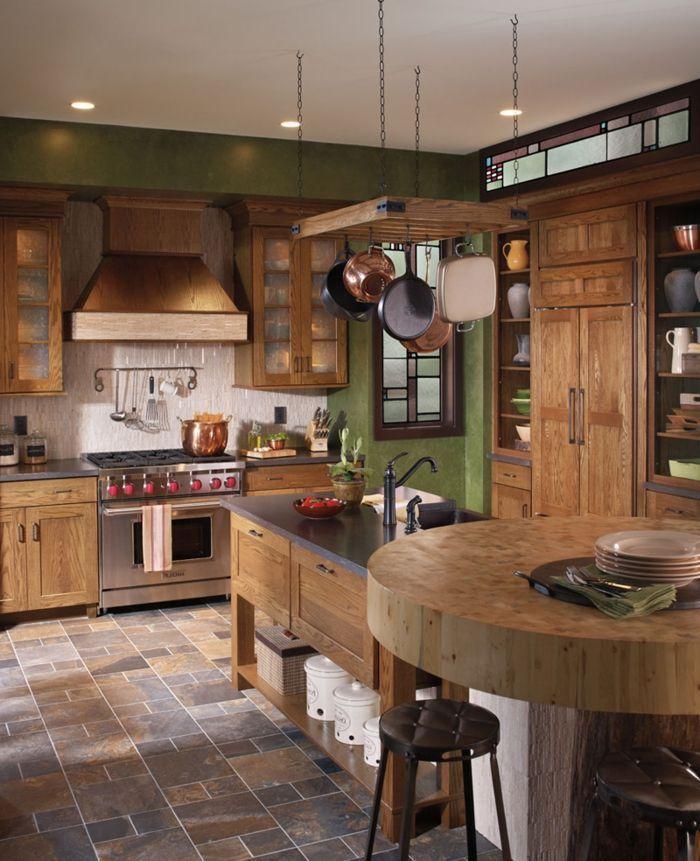 cocinas rusticas, cocina con mesa alta redonda e isla, suelo con azulejos, muebles de madera rústica