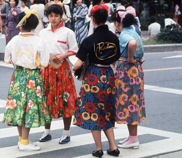 革ジャンにリーゼント、サーキュラースカートにポニーテールのファッションでロカビリー音楽にあわせてツイストを踊る。1980年 第2次ロカビリー