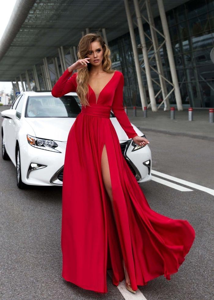 725018a4bb9 modèle de jolie robe rouge longue à design asymetrique avec décolleté en V et  manches longues combinée avec sandales dorés