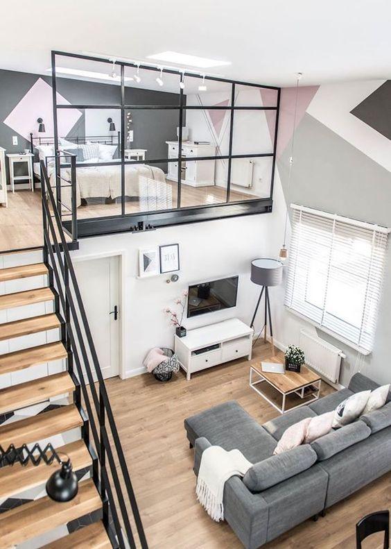 Photo of Un loft industriel et sa verrière sur la mezzanine.: