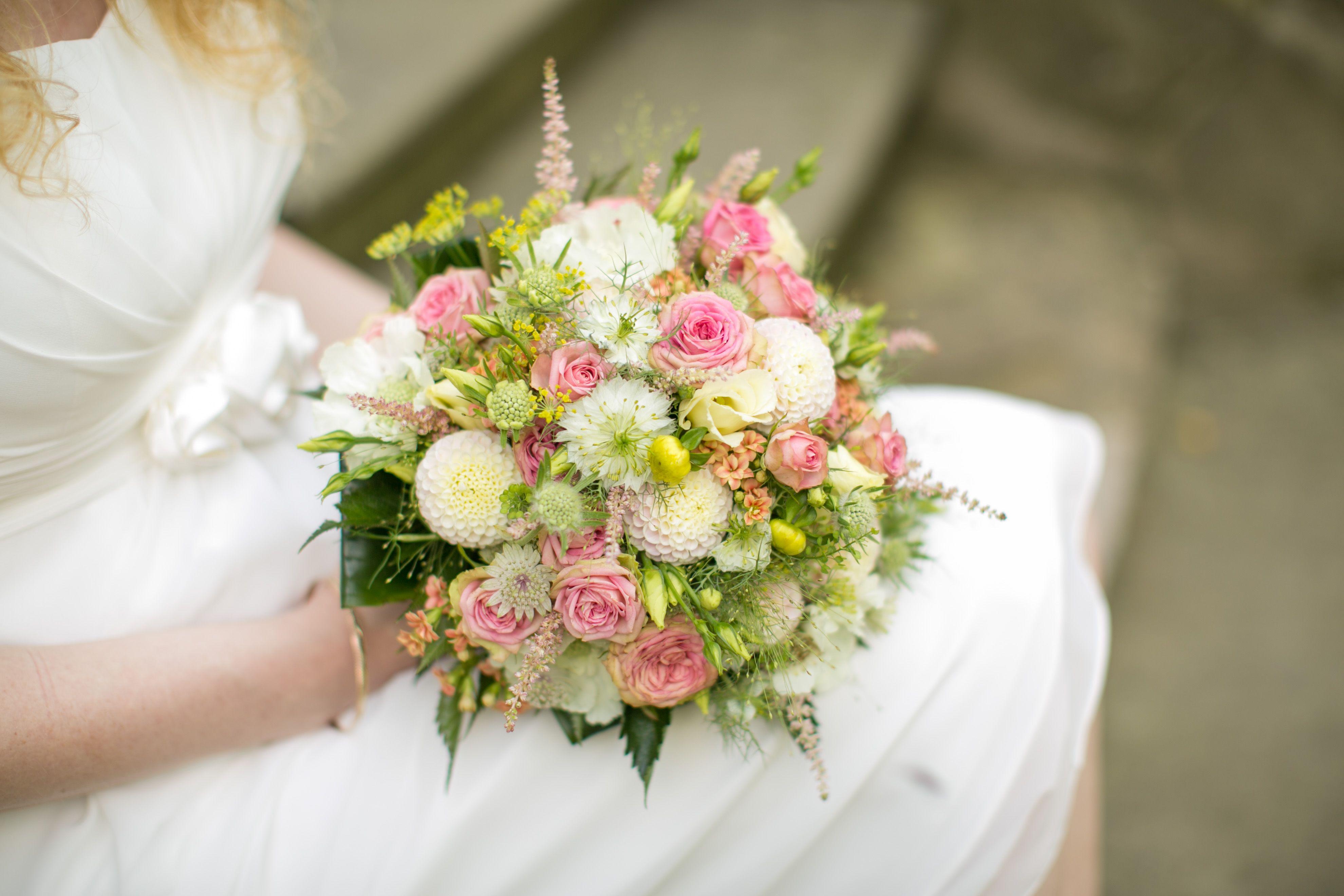 Brautstrauß in rosa-pfirsich mit zarten Blüten. www.melanie-schoenemann.de