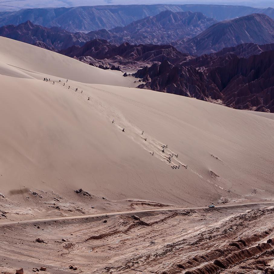 Imagina a sensação de descer escorregando  essa duna gigante do vale da morte ... para ter uma ideia do tamanho note o carro estacionado em baixo. .  #viajandodecarro #landrover #landroverdefender #defender90 #ruta #carretera #peru #chile  #argentina #cusco #machupicchu #puno #titicaca #atacama #atacamadesert #altiplano #onelifeliveit #fabioamaral #curtindoavidaadoidado #desiertodeatacama #natgeo #nationalgeographic #netgeotravel #longexposition #noturna #valledelamuerte by…