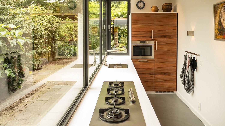 Aanbouw met moderne keuken corian keukenblad erker uitbouw